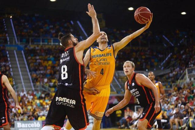 Albert Oliver jugando en el partido Herbalife Gran Canaria - Valencia Basket