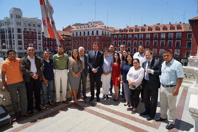 El alcalde de Valladolid, Óscar Puente, recibe a los alumnos de pasantías