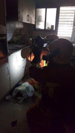 Imagen de los bomberos trabajando en el incendio en la vivienda de Xàtiva