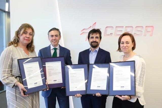Directivos de Cepsa con la certificación ambiental EPD