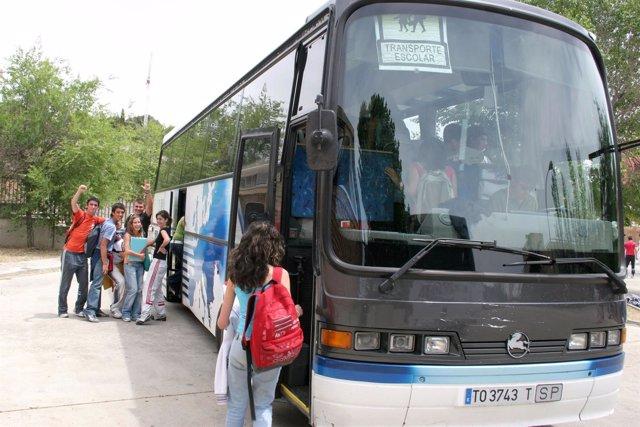 Estudiantes en un autobús escolar