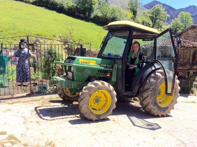 Mercedes Fernández en un tractor