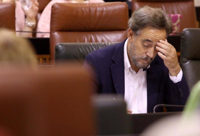 El consejero de Fomento y Vivienda, Felipe López, en el Pleno del Parlamento
