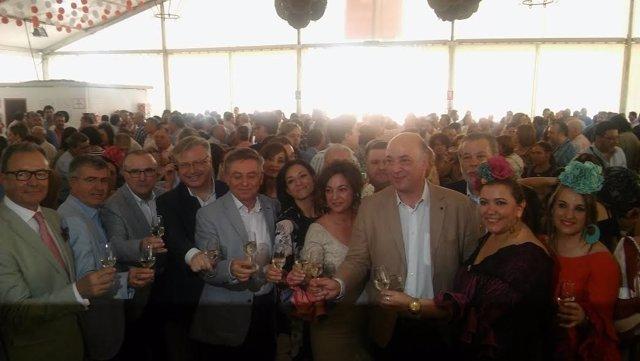 Antonio Ruiz (dcha.) y otras autoridades brindan en la Caseta de la Diputación