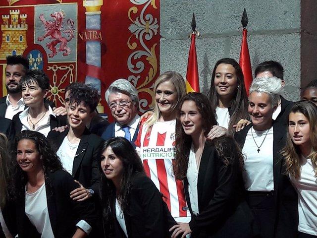 Cristina Cifuentes, Enrique Cerezo y las integrantes del Atlético Femenino