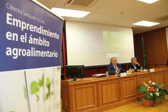 El ponente de la jornada, Antonio Checa de Andrés, durante la charla