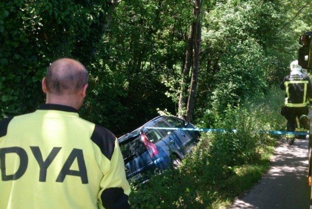 Dya Castro atiende a una mujer cuyó coche cayó al río