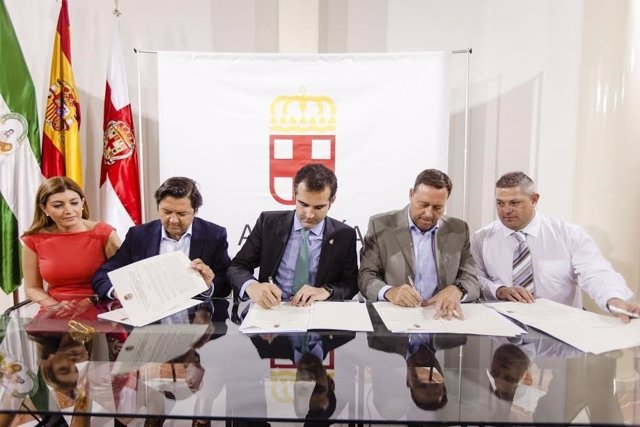 El alcalde firma el convenio en materia de turismo