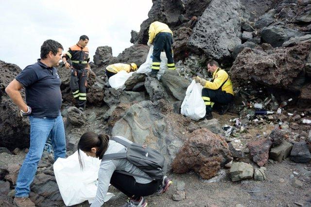 Retirada de basura de la costa de Artenara