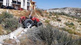 Herido tras salirse de la vía el tractor agrícola que conducía y caer por un terraplén en Campos del Río
