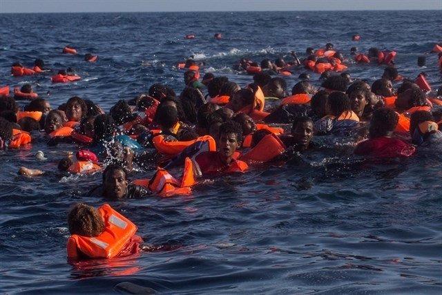 Inmigrantes, tres un naufraxu nel Mediterraneu.