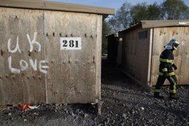 """Cientos de migrantes, en condiciones """"desastrosas"""" tras el incendio de un campamento en el norte de Francia"""
