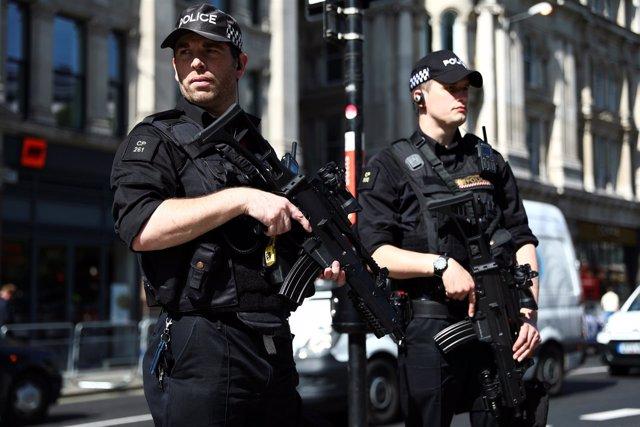 Policías armados en Londres