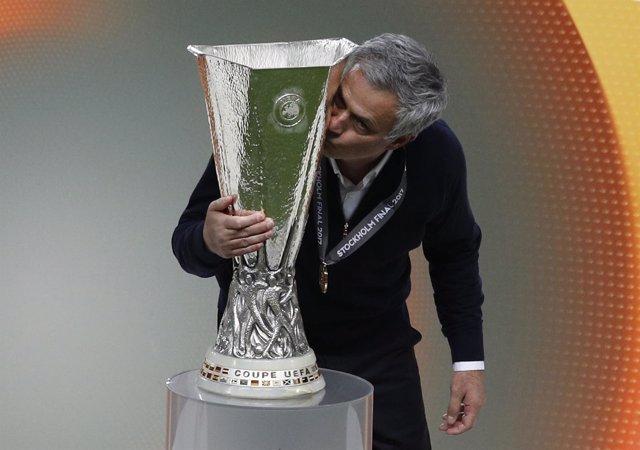 José Mourinho besa a la copa de la Europa League
