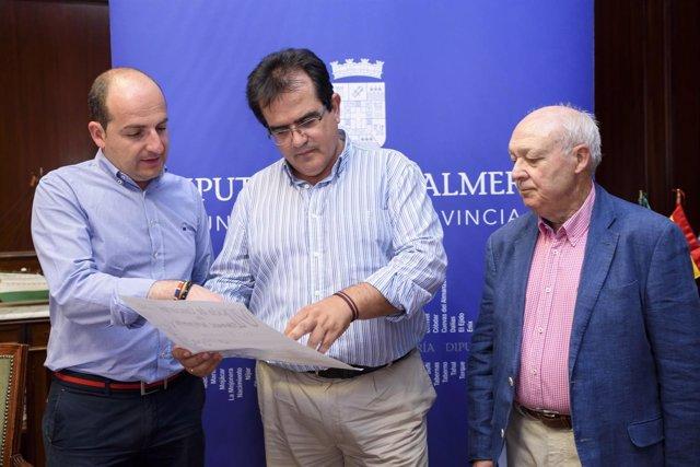 El diputado de Cultura, junto al alcalde de Fondón, Francisco Álvarez.