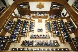Parlamento vasco guarda un minuto de silencio por los más de 30 migrantes muertos en un naufragio en el Mediterráneo