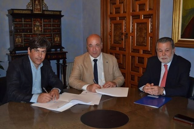 Antonio Ruiz (centro) y Rafael Llamas (izda.) firman el convenio