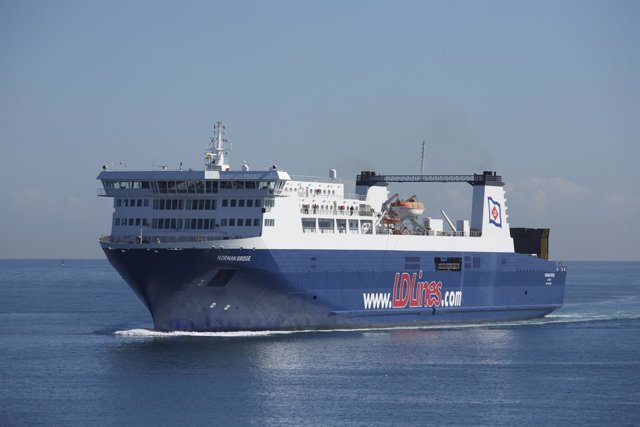Uno de los buques que cubre la Autopista del Mar.