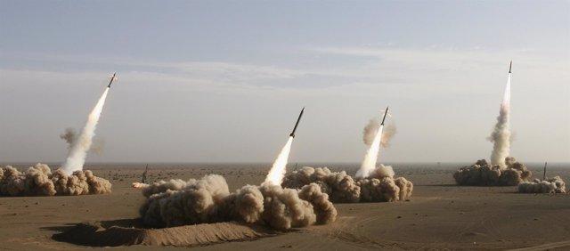 Irán prueba distintos tipos de misiles en el desierto