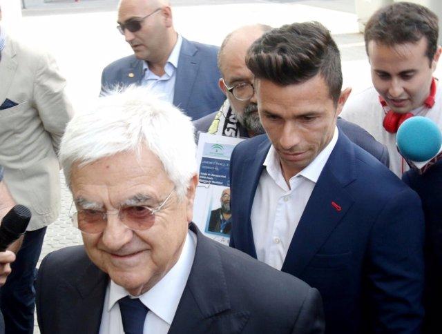 El futbolista Rubén Castro a su llegada a los juzgados junto a su abogado