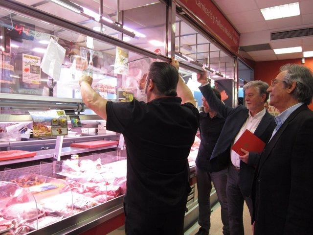 Santisteve saluda a uno de los vendedores del Mercado de San Vicente de Paúl
