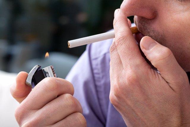 Crecer junto a fumadores hace más probable la adicción