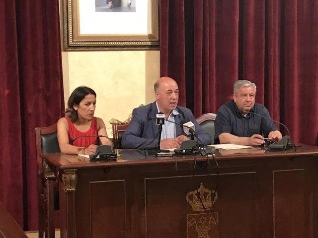 Pozuelo y Ruiz (centro), tras la firma del convenio