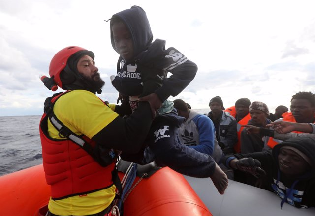 Rescate de un niño migrante en el Mediterráneo