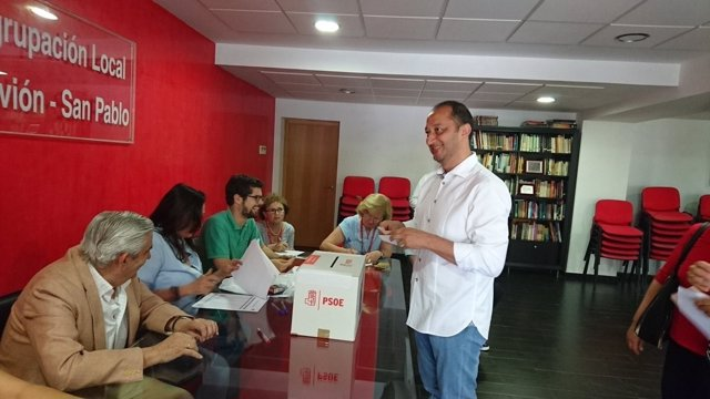Alfonso Rodríguez Gómez de Celis, afín a Pedro Sánchez, votando en las primarias