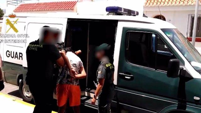 Momento en que los agentes detienen a los presuntos ladrones en Roquetas de Mar