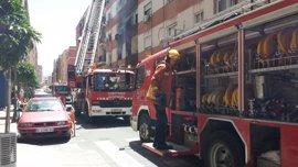 Evacúan un centro de salud y seis personas sufren inhalación de humo por un incendio en un edificio de Mislata