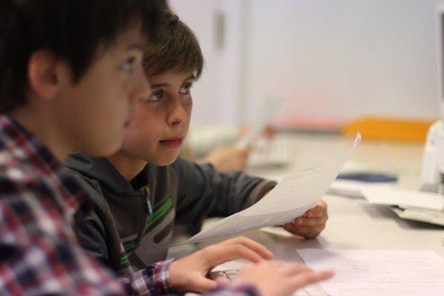 Niños estudian en un colegio