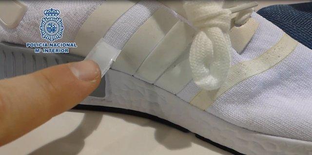 Una de las zapatillas falsificadas intervenidas