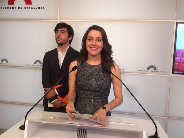 La portavoz de Cs, Inés Arrimadas, con el portavoz económico Toni Roldán