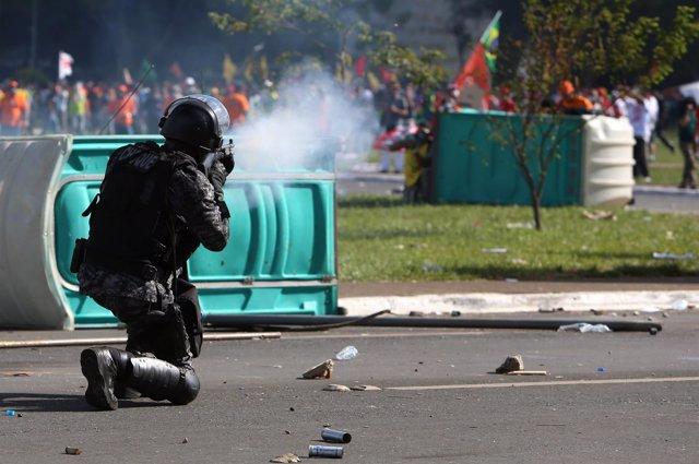 Choques entre policías y manifestantes en Brasilia