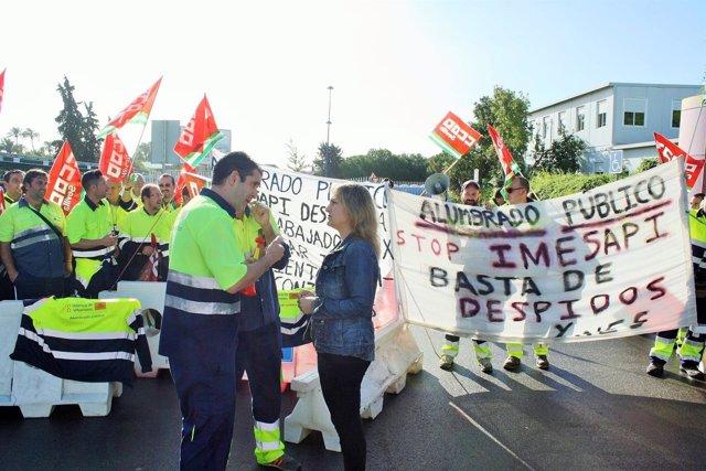 Eva Oliva con los trabajadores.