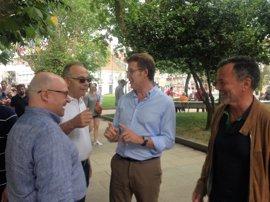 Saludos y encuentros con rivales políticos en el paseo de Feijóo en las fiestas de la Ascensión