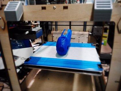 Nación Pirata y Autofabricantes elaboran, con tecnología 3D, una prótesis mecánica con un sistema de 'gadgets'