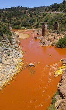 Río Odiel tras el vertido de la mina de La Zarza, en Huelva.