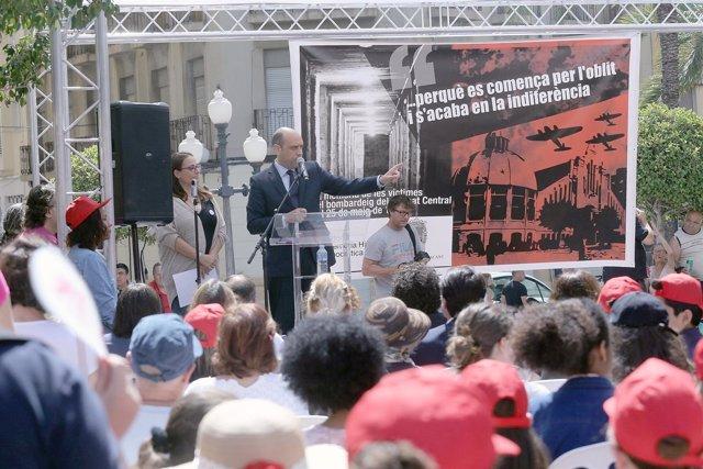 El alcalde de Alicante, Gabriel Echávarri, y  la concejala de Memoria Hist