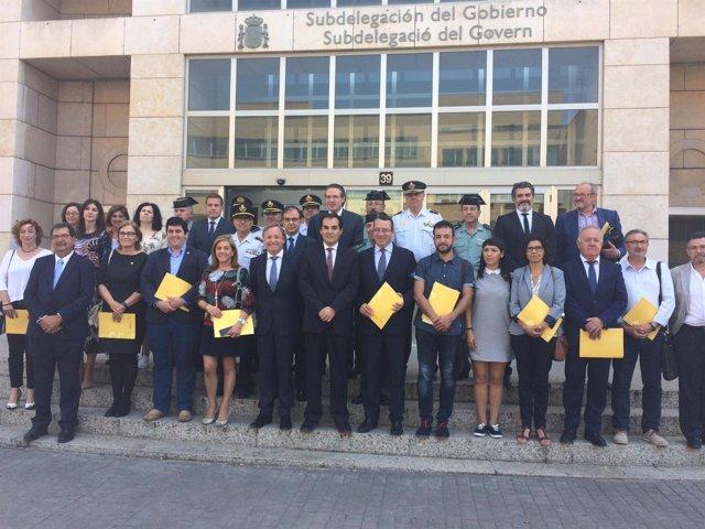 Los alcaldes, tras firmar el convenio con el secretario de Estado