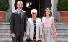 Los Reyes ofrecen un almuerzo a la madre del Rey Abdalá de Jordania, de visita privada en España