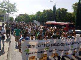 Centenares de personas se manifiestan en apoyo a la causa de los ayudantes e interinos de la Hispalense en huelga