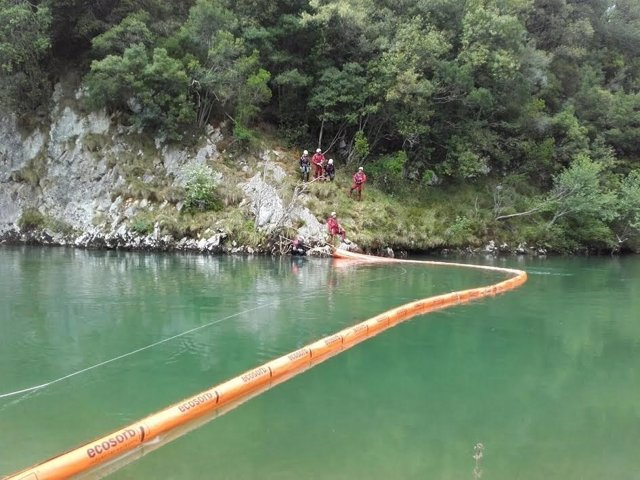 Trabajos preventivos 112 para evitar vertidos al río Deva