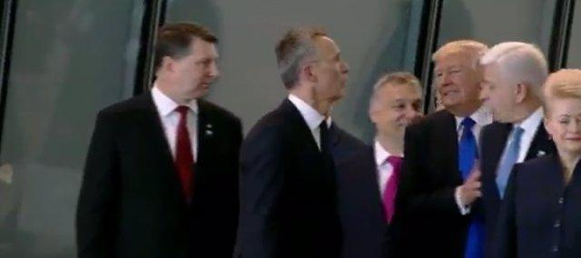 El momento en el que Trump aparta al primer ministro de Montenegro