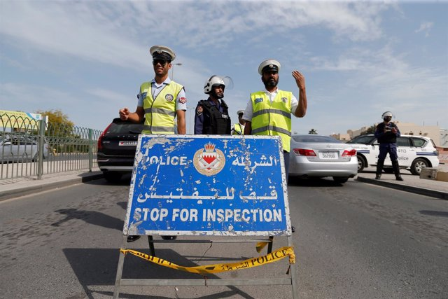 Policías en un control en Bahréin