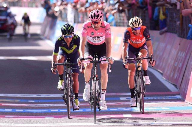 Dumoulin entra en la meta junto a Quintana y Nibali