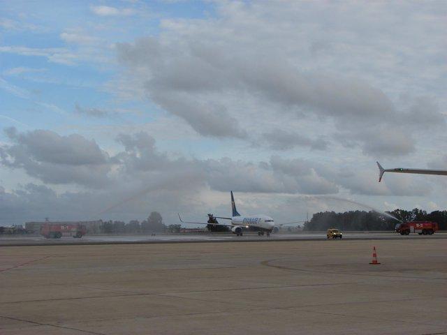 Avión de la ruta de Nápoles-Sevilla en el aeropuerto de San Pablo