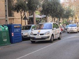 """Los taxistas """"bloquean"""" el servicio en el aeropuerto de Palma durante tres horas"""