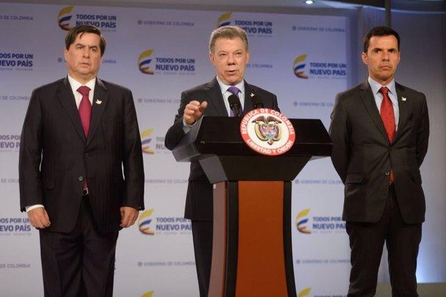 Presidente de Colombia, Juan Manuel Santos, junto al ministro del Interior